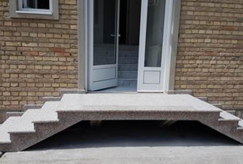 spoljne-stepenice-od-granita-rosa-porino-gazi-ta-su-paljena-a-ela-polirana-2