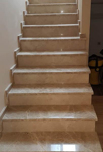 stepenice-od-mermera-emperador-light-gazi-ta-u-kombinaciji-sa-mermerom-crema-nova-ela
