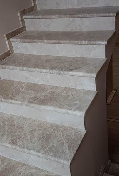 stepenice-od-mermera-emperador-light-gazi-ta-u-kombinaciji-sa-mermerom-crema-nova-ela_2